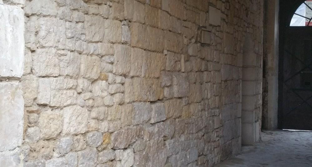 piquage des joints mur en pierre
